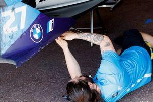 Un meccanico lavora sull'auto di Jake Dennis, BMW i Andretti Motorsport, BMW iFE.21