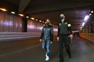 Sam Bird et des membres de Jaguar Racing durant le track walk