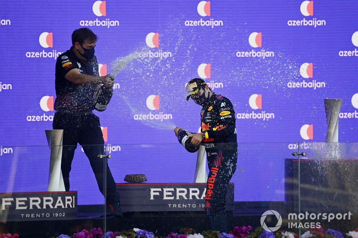 Podio: ganador de la carrera Sergio Pérez, Red Bull Racing con un miembro del equipo