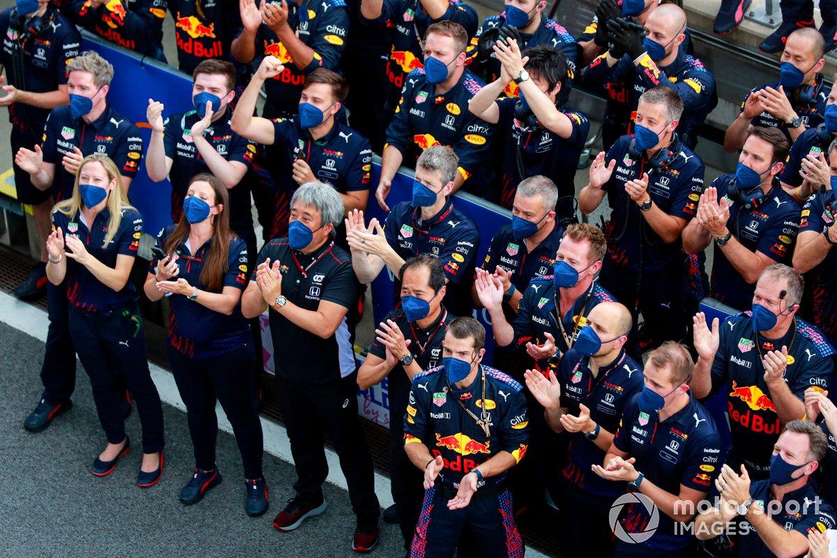 El equipo Red Bull Racing anima a Max Verstappen, Red Bull Racing, 1ª posición, en el podio