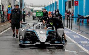 Meccanici spostano l'auto di Nyck de Vries, Mercedes Benz EQ, EQ Silver Arrow 02