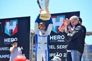Daniel Serra levanta a taça de campeão da Stock Car de 2018