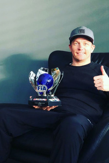 Кими Райкконен с кубком FIA