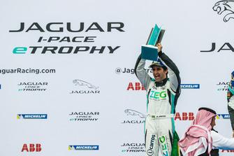 Il secondo classificato Sérgio Jimenez, Jaguar Brazil Racing, festeggia sul podio con il trofeo