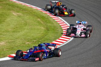 Pierre Gasly, Scuderia Toro Rosso STR13, voor Sergio Perez, Racing Point Force India VJM11, en Daniel Ricciardo, Red Bull Racing RB14