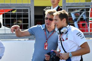 Mika Hakkinen and Antti Vierula, Trainer, on the grid