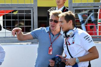 Mika Hakkinen and Antti Vierula, Trainer, on the grid