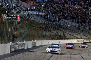 Race winner Kevin Harvick, Stewart-Haas Racing, Ford Fusion Mobil 1 gets the checkered falg
