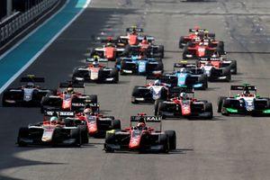 Nikita Mazepin, ART Grand Prix precede Leonardo Pulcini, Campos Racing e Anthoine Hubert, ART Grand Prix, alla partenza della gara