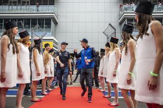 Max Verstappen, Red Bull Racing et Brendon Hartley, Scuderia Toro Rosso lors de la parade des pilotes