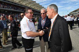 Zak Brown, McLaren Racing CEO en Chase Carey, Chief Executive Officer Formula One Group op de grid