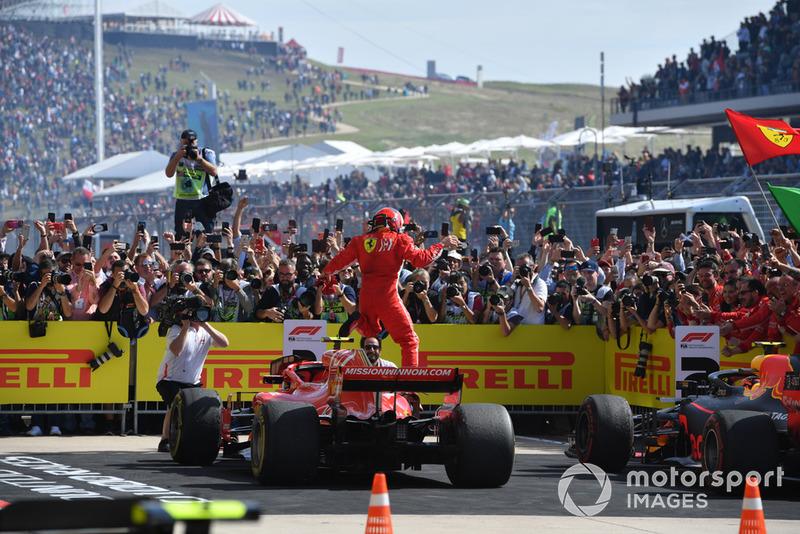 El ganador de la carrera Kimi Raikkonen, Ferrari SF71H celebra en Parc Ferme