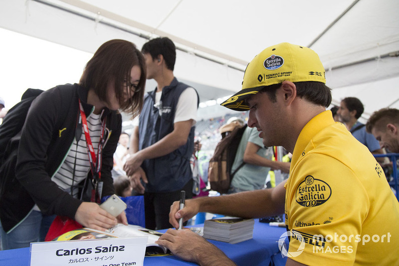 Carlos Sainz Jr., Renault Sport F1 Team signs autographs for fans