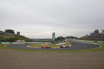 Esteban Ocon, Racing Point Force India VJM11 and Kimi Raikkonen, Ferrari SF71H