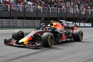 Max Verstappen, Red Bull Racing RB14 supera Lewis Hamilton, Mercedes-AMG F1 W09 EQ Power+ e prende il comando