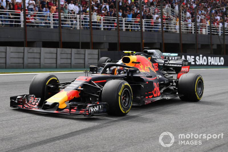 Max Verstappen, Red Bull Racing RB14 pasa a Lewis Hamilton, Mercedes-AMG F1 W09 EQ Power+