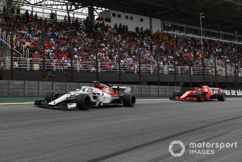 Charles Leclerc, Sauber C37 precede Sebastian Vettel, Ferrari SF71H