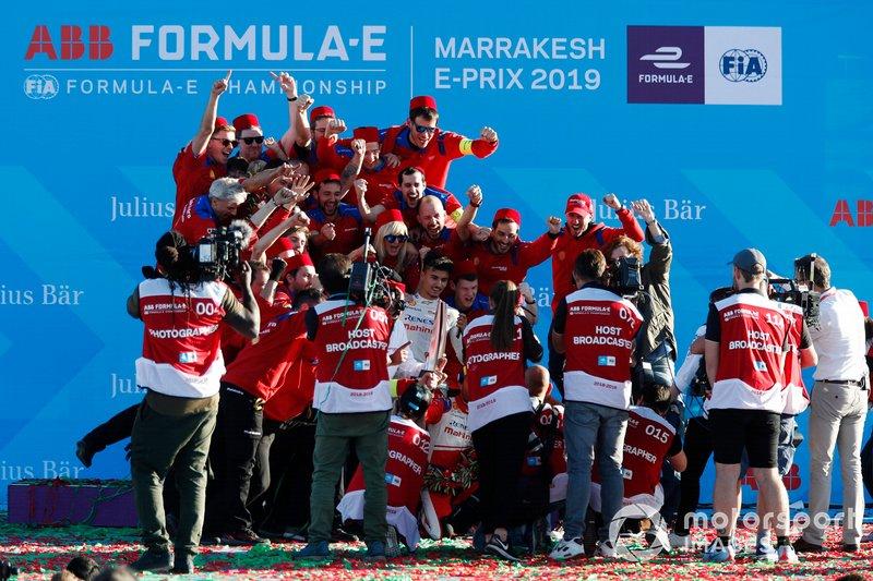 Jérôme d'Ambrosio, Mahindra Racing, festeggia la vittoria con il team Mahindra Racing