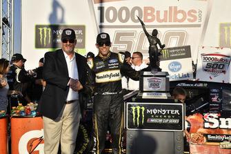 Il vincitore della gara Aric Almirola, Stewart-Haas Racing, Ford Fusion Smithfield Bacon for Life
