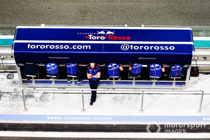 Los ingenieros de Toro Rosso en la pared del hoyo.