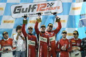 Podio: i vincitori della gara #11 Kessel Racing Ferrari 488 GT3: Michael Broniszewski, Davide Rigon, Alessandro Pierguidi