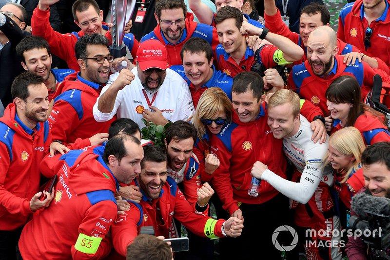 Jérôme d'Ambrosio, Mahindra Racing, M5 Electro, Felix Rosenqvist, Mahindra Racing, M5 Electro, posano per una foto con il team