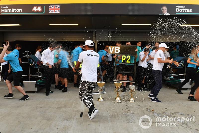 El ganador de la carrera Lewis Hamilton, Mercedes AMG F1 celebra con el champán y el equipo.