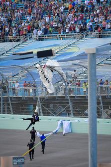 Fallschirmspringer im Fangzaun