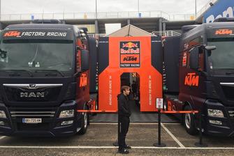 Johann Zarco in attesa di entrare per la prima volta nel box KTM