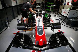 Ingegneri al lavoro sulla monoposto di Romain Grosjean, Haas F1 Team VF-18, nel garage