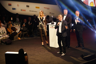 Martin Brundle presents a Gregor Grant Award to Mika Hakkinen