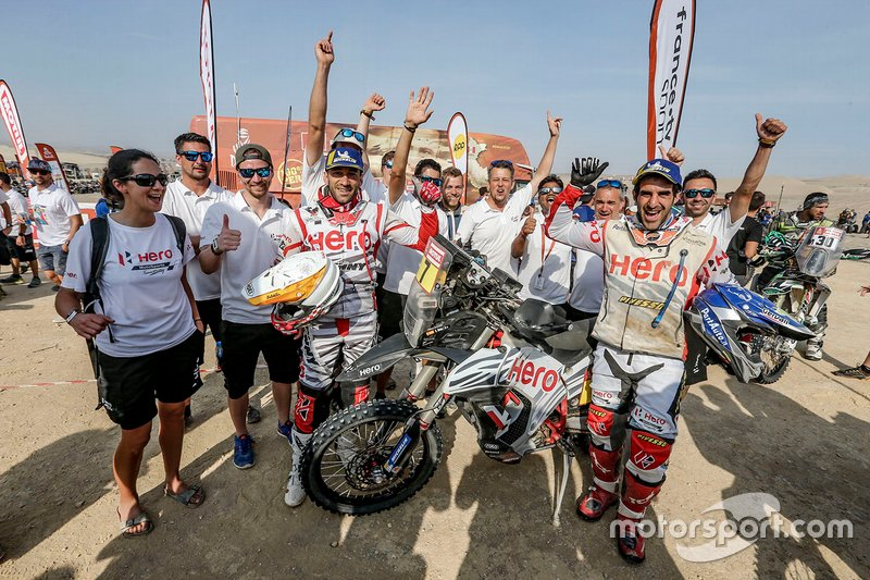 Joaquim Rodrigues, Oriol Mena, con i membri dell'HERO Motorsports Team Rally