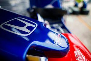 Logo Toro Rosso su un musetto in pit lane