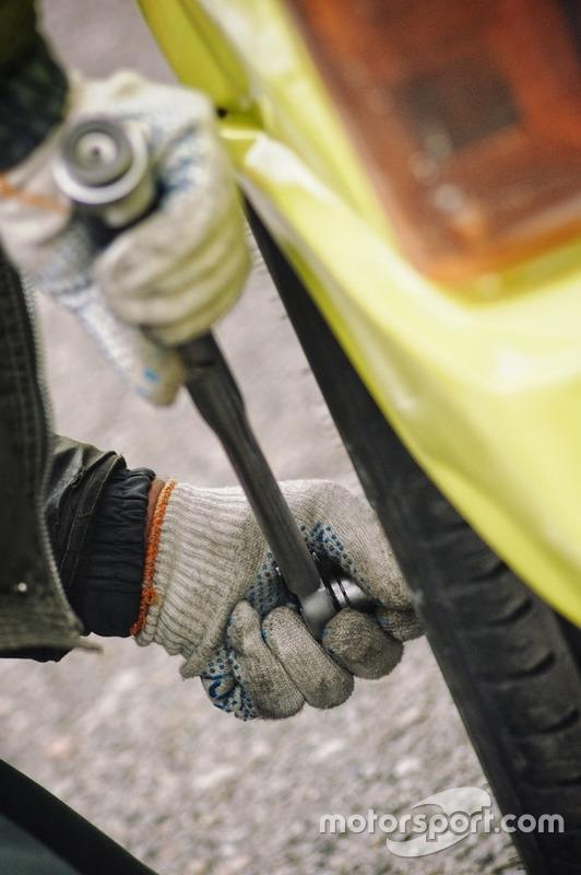 Остання перевірка підтягнутості колісних гайок механиком