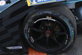 Punctured rear wheel of Gary Paffett, HWA Racelab, VFE-05