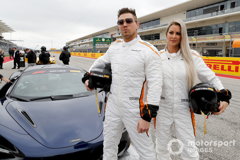 "Pegulat WWE Mike ""The Miz"" Mizanin dan Maryse Mizanin menjajal Pirelli Hot Lap experience"