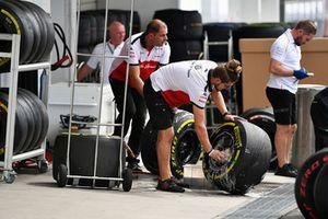 Sauber mechanic washes wheels and Pirelli tyres