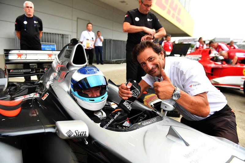 Мика Хаккинен, McLaren MP4-13 и телеоператор FOM Жан-Мишель Тиби, Legends F1 30th Anniversary Lap Demonstration