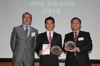 2018JMSアワードを受賞した山本尚貴(中央)、特別賞を受賞したTOYOTA GAZOO Racingの高橋敬三氏、高橋二朗JMS会長