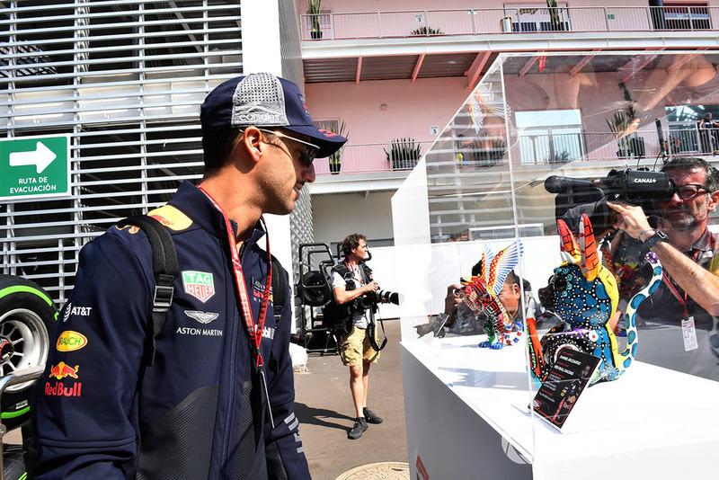 Daniel Ricciardo, Red Bull Racing, regarde un objet qui lui est consacré