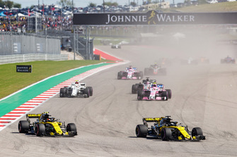 Nico Hulkenberg, Renault Sport F1 Team R.S. 18, leads Carlos Sainz Jr., Renault Sport F1 Team R.S. 18, Esteban Ocon, Racing Point Force India VJM11, Charles Leclerc, Sauber C37, Romain Grosjean, Haas F1 Team VF-18, Sergio Perez, Racing Point Force India VJM11, and the remainder of the field at the start