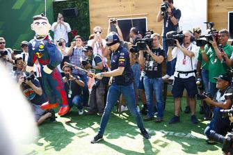 Een geblinddoekte Max Verstappen, Red Bull Racing, haalt uit