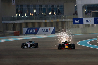 Lewis Hamilton, Mercedes AMG F1 W09 EQ Power+, Max Verstappen, Red Bull Racing RB14 battle