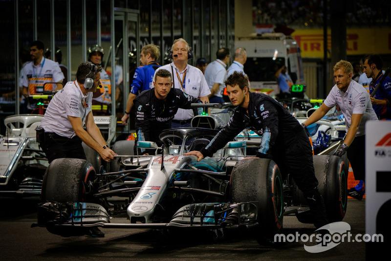 La monoposto di Lewis Hamilton, Mercedes AMG F1, viene portata nel parco chiuso nel post gara