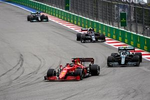 Charles Leclerc, Ferrari SF21, Sebastian Vettel, Aston Martin AMR21, en Pierre Gasly, AlphaTauri AT02.