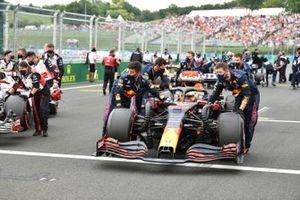 Max Verstappen, Red Bull Racing RB16B, komt aan op de grid