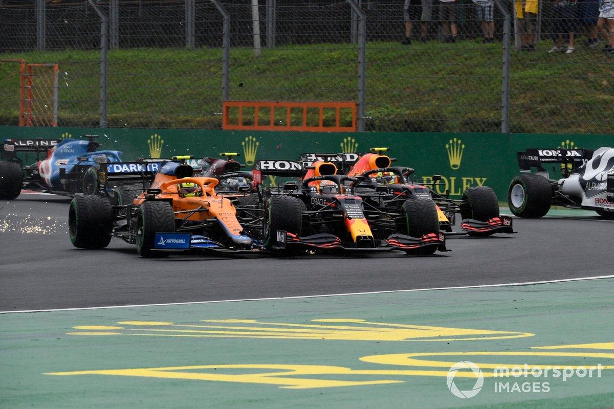 Valtteri Bottas, Mercedes W12, Lando Norris, McLaren MCL35M, Max Verstappen, Red Bull Racing RB16B, y Sergio Pérez, Red Bull Racing RB16B, chocan