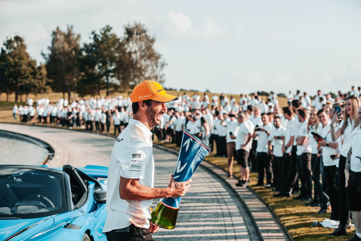 Daniel Ricciardo, McLaren celebra con los miembros del equipo