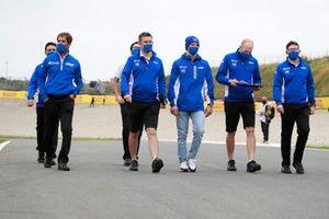 Mick Schumacher, Haas VF-21 track walk with team members