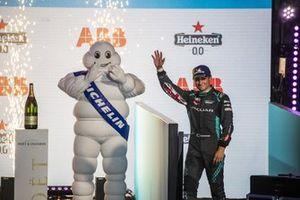 Mitch Evans, Jaguar Racing, 3ª posición, llega al podio
